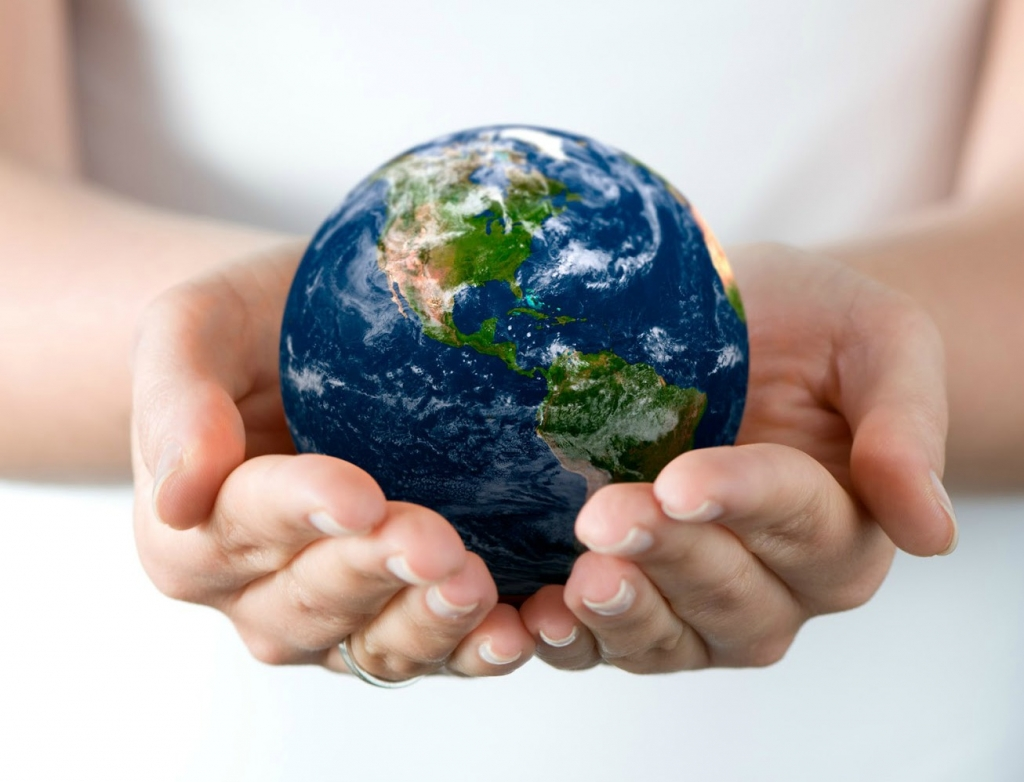 hd-wallpaper-with-earth-globe-in-hands